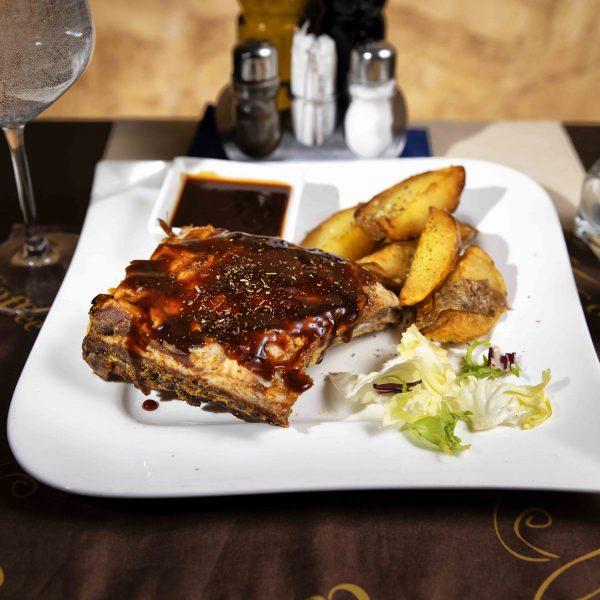 Coaste de porc cu sos BBQ si cartofi wedges (400 g)