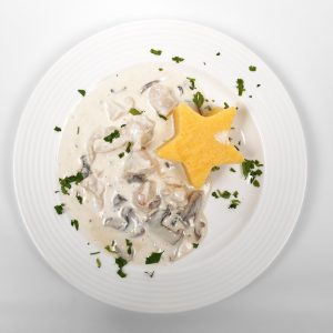 White cream sauce chicken stew with mushrooms and polenta (250/150 g/ 50g)