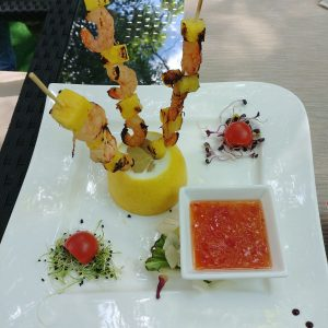 Shrimp skewers with sweet/spicy sauce and pineapple slices (200 g)