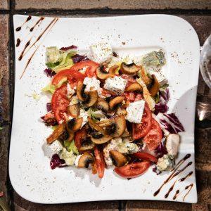 Salata de pui cu branza feta si gorgonzola