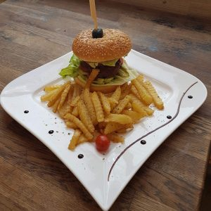 Beef burger with French fries (400 g)