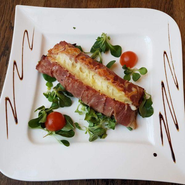 Pui umplut cu branza feta, marar si bacon (250 gr/150 gr/50 gr)